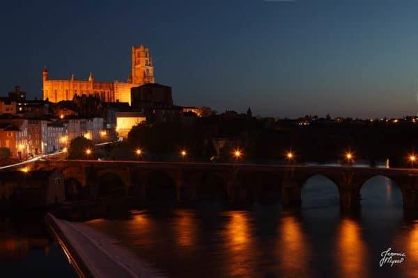 photo de nuit le pont vieux et la cathédrale à albi